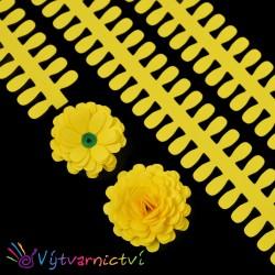Žluté proužky na lístečkové kytičky