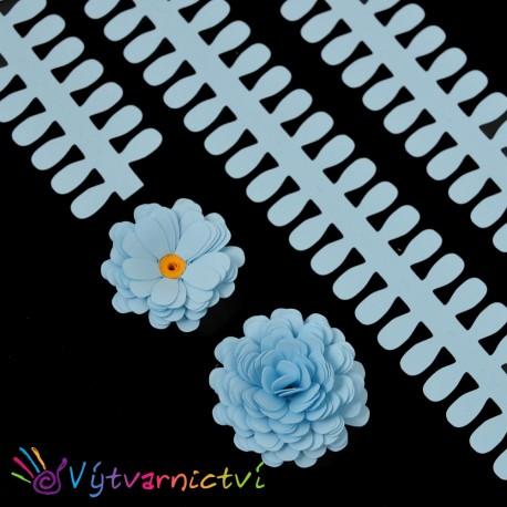 Světle modré proužky na lístečkové kytičky